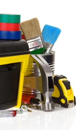 herramientas de construccion: herramientas y la caja de herramientas de construcción aisladas sobre fondo blanco