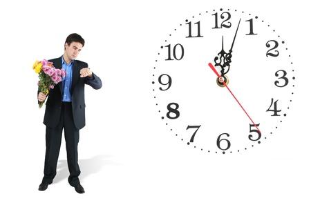 llegar tarde: reloj y el hombre con ramo de flores