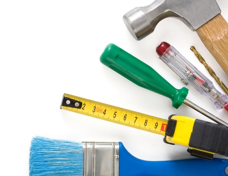 herramientas de construccion: un conjunto de herramientas e instrumentos aislados sobre fondo blanco