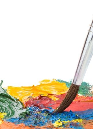 pintura derramada: pincel y la pintura de aceite aislado en el fondo blanco