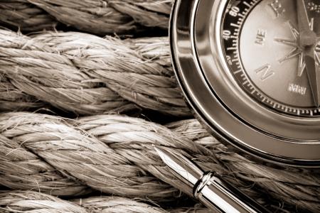Kompass mit Kugelschreiber auf Schiff Seilen