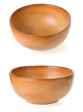 lege ceramische kom geà ¯ soleerd op wit