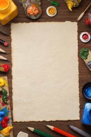 red tube: pincel y pintura sobre madera de fondo Foto de archivo