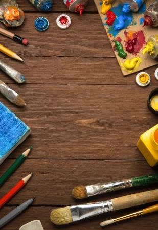 art concept en penseel op hout achtergrond Stockfoto