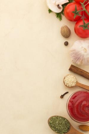 voedselingrediënten en kruiden op oude achtergrond Stockfoto