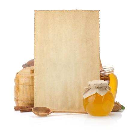 kookrecepten achtergrond en pot vol met honing op wit