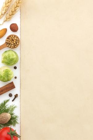 tiendas de comida: ingredientes alimentarios y papel aislado sobre fondo blanco Foto de archivo