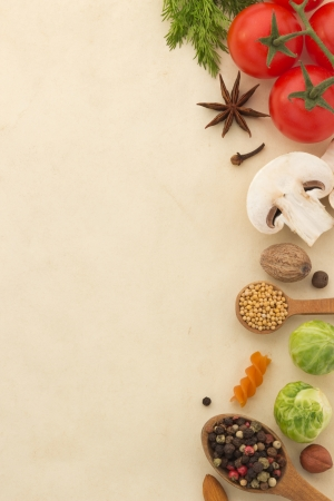tiendas de comida: ingredientes alimentarios y especias sobre fondo envejecido