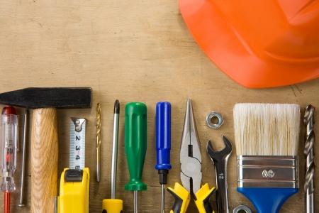 set van de bouw gereedschappen en instrumenten op houten achtergrond