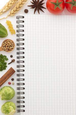 kulinarne: składników żywności i książki kucharskiej na białym tle