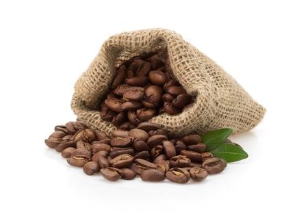 koffie bonen in zak geïsoleerd op witte achtergrond