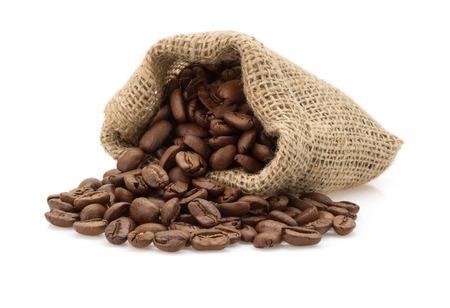 ejotes: granos de caf� en la bolsa de aislados en fondo blanco