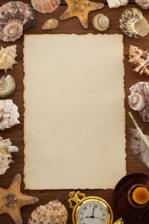 concept de mer et âgés de papier sur fond de bois