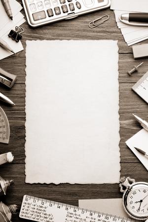 convivencia escolar: material de oficina y papel viejo sobre fondo de madera Foto de archivo