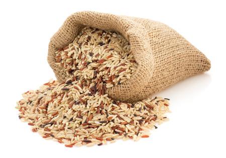 rijst in zak zak op een witte achtergrond Stockfoto