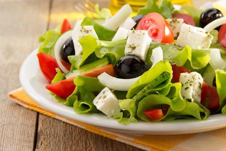 greek pot: insalata greca su sfondo di legno