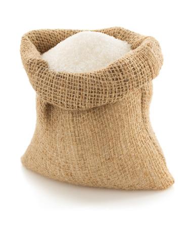 가방에 설탕 알갱이 흰색 배경에 고립