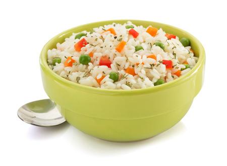 kom vol met rijst op een witte achtergrond