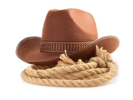 vaquero: sombrero marr�n de vaquero y una cuerda aisladas sobre fondo blanco