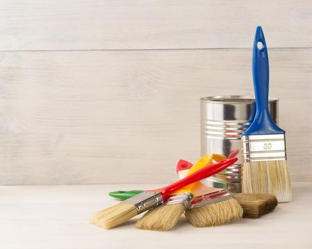 paint bucket and paintbrush  on wooden background Standard-Bild