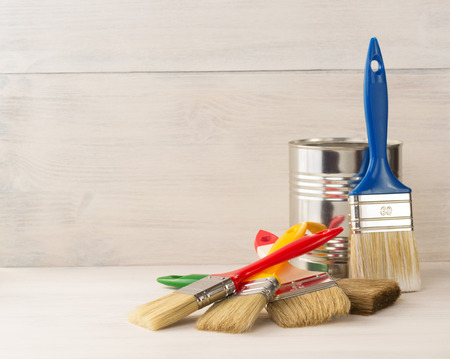 paint bucket and paintbrush  on wooden background Banque d'images