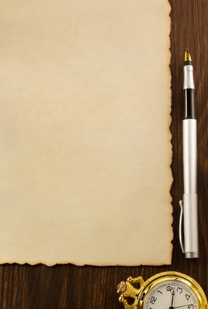 pergamino: papel de pergamino y una pluma de tinta sobre fondo de madera