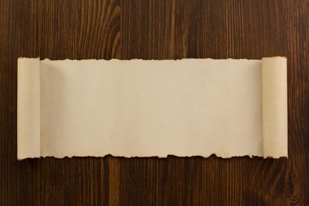 Perkamentrol op houten achtergrond