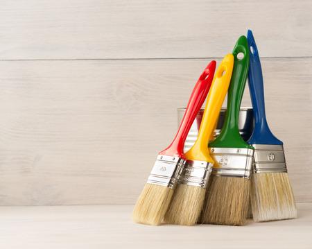 pincel: Cepillo de pintura sobre fondo de madera Foto de archivo