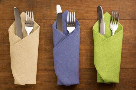 servilleta: cuchillo y tenedor en la servilleta sobre fondo de madera Foto de archivo