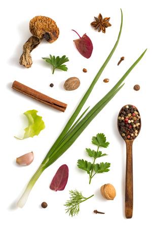 alimentacion sana: hierbas y especias aisladas sobre fondo blanco