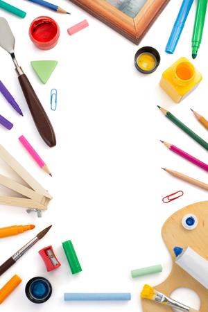 utiles escolares: suministros de pintura aisladas sobre fondo blanco Foto de archivo