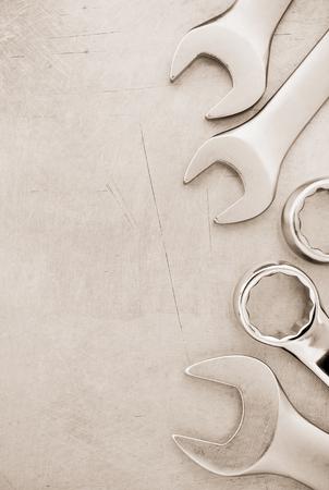 herramientas de mecánica: herramientas de la llave en el fondo de metal Foto de archivo