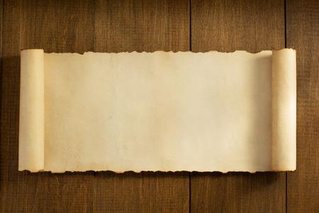 pergamino: rollo de pergamino en el fondo de madera