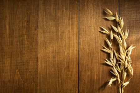 cebada: oídos de avena en el fondo de madera