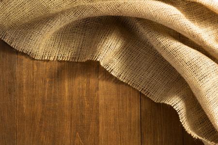 Arpillera saqueo de arpillera sobre fondo de madera Foto de archivo - 45820960