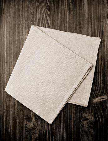 napkin: servilleta de tela en el fondo de madera Foto de archivo