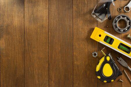 equipos: herramientas e instrumentos en fondo de madera de trabajo