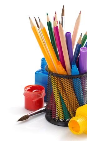 ni�o escuela: pintar suministros y soporte de la cesta sobre fondo blanco