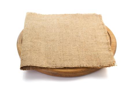 trays: saco de arpillera servilleta en la tabla de cortar sobre fondo blanco Foto de archivo