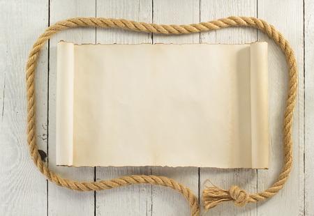 cuerda de la nave sobre fondo de madera