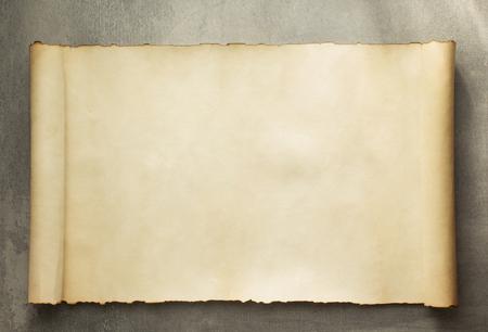 pergamino: rollo de pergamino en el fondo de edad Foto de archivo