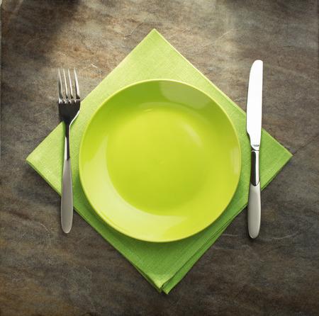 servilleta: plato, cuchillo y tenedor en la servilleta de tela Foto de archivo