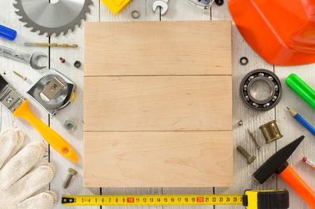 herramientas de trabajo: un conjunto de herramientas de trabajo sobre la madera Foto de archivo