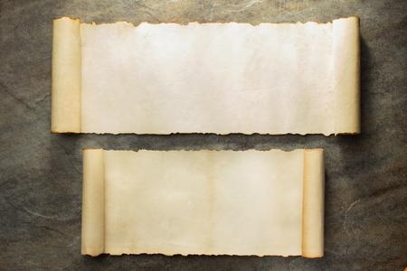 pergamino: rollo de pergamino en el fondo de la pared de piedra