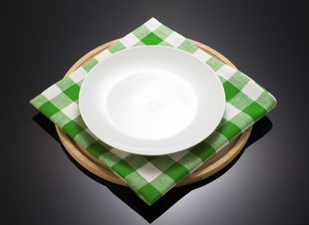 �napkin: servilleta de tela y tabla de cortar sobre fondo negro