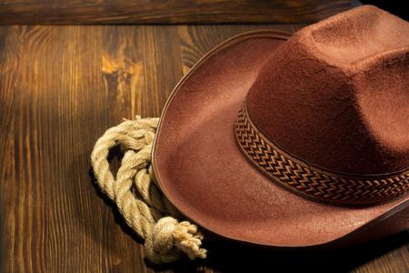 Cowboy-Hut auf Holzuntergrund