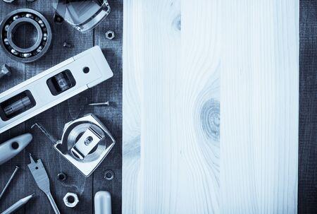 herramientas de trabajo: herramientas e instrumentos en fondo de madera de trabajo
