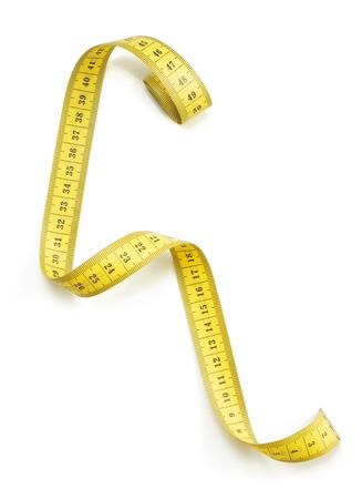 metro de medir: cinta medida aislada sobre fondo blanco