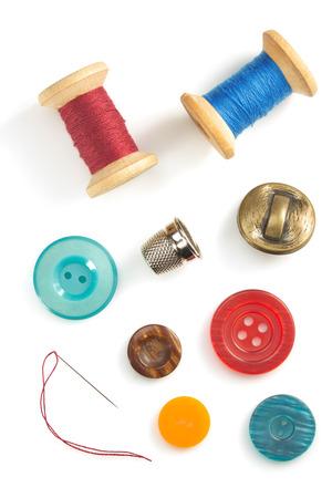 hilo rojo: herramientas de costura y accesorios aislados en el fondo blanco