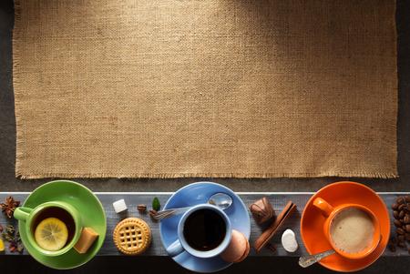 taza de café y té en el fondo de madera
